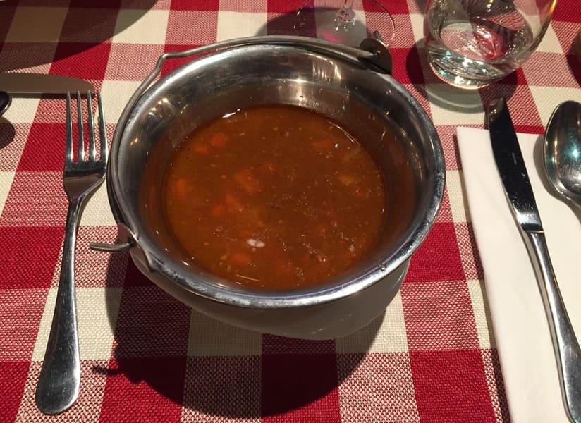 Goulash é uma típica sopa húngara