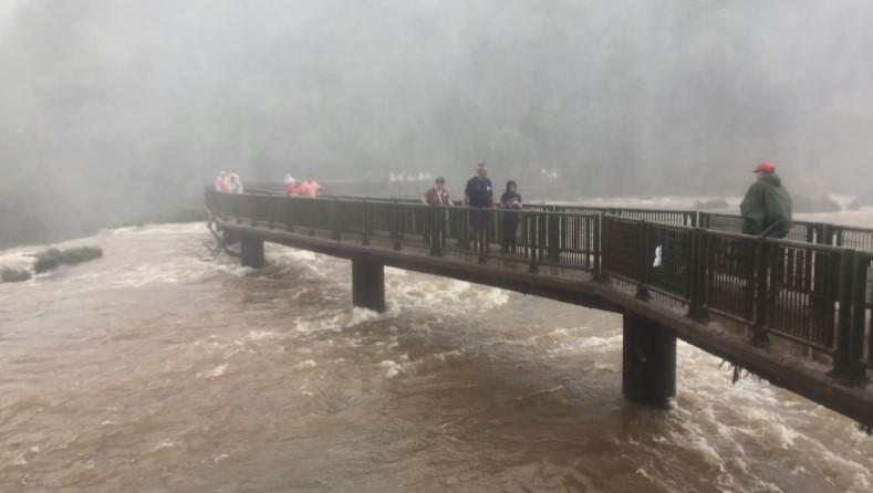 Passarela no lado brasileiro das Cataratas do Iguaçu na época quente e úmida.