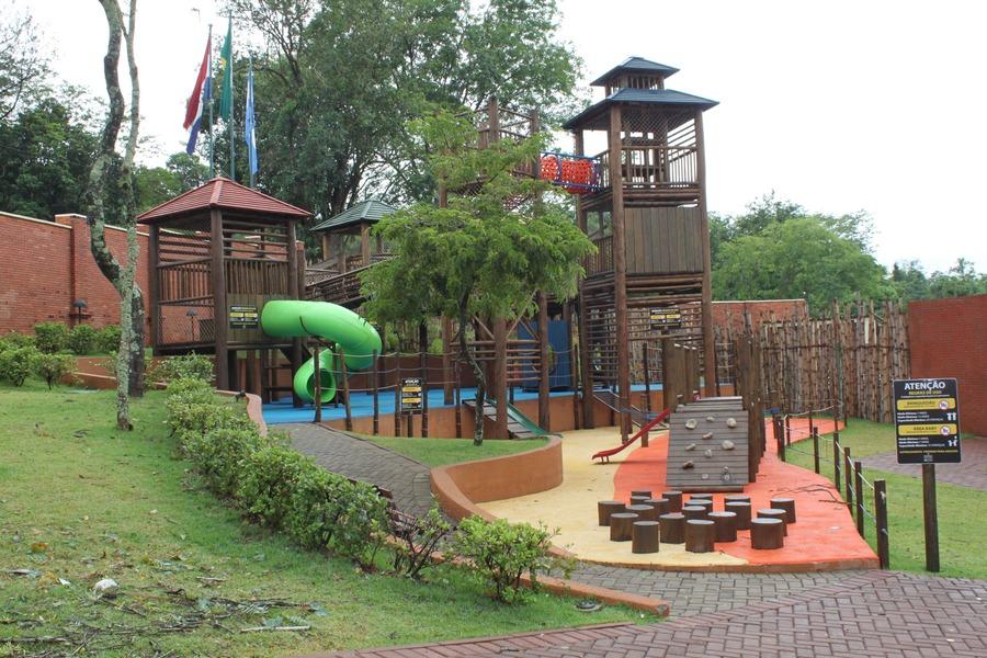 Parque infantil no Marco das Três Fronteiras.