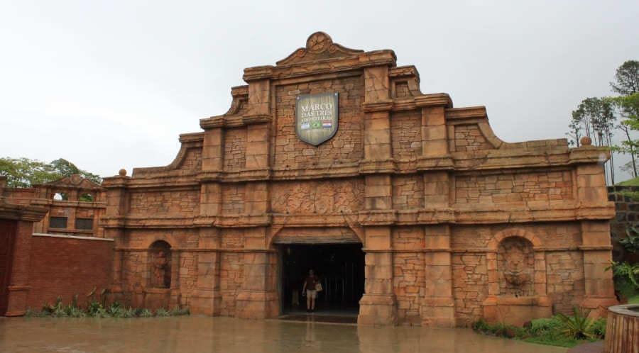 Marco das Três Fronteiras - uma das atrações do City tour em Foz do Iguaçu.