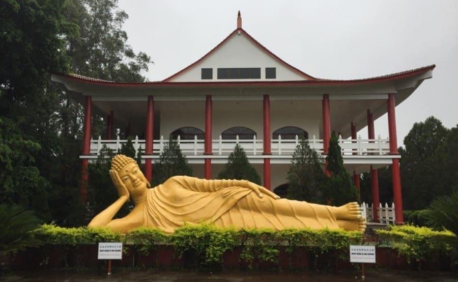 Estátua do templo budista - City tour em Foz do Iguaçu.