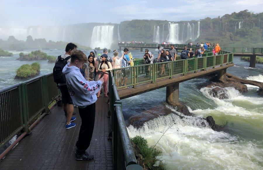 Passarela no lado brasileiro das Cataratas do Iguaçu na época seca e fresca.