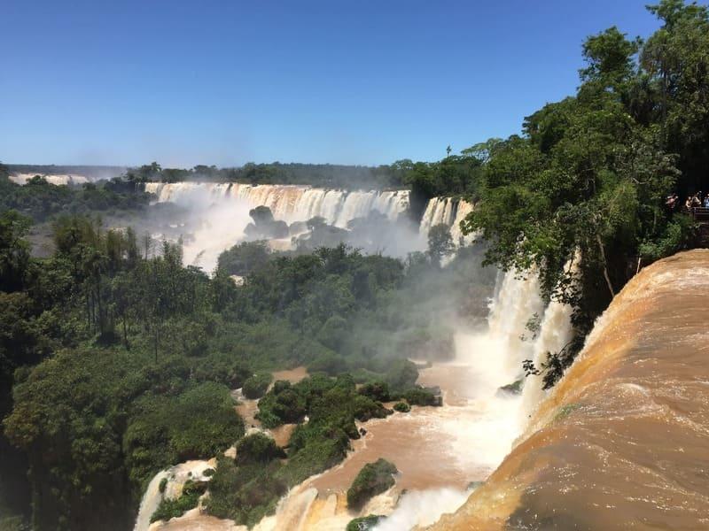 Quedas dágua no lado argentino das cataratas do Iguaçu.