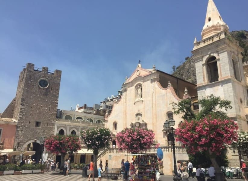 Piazza IX Aprille no centro histórico de Taormina