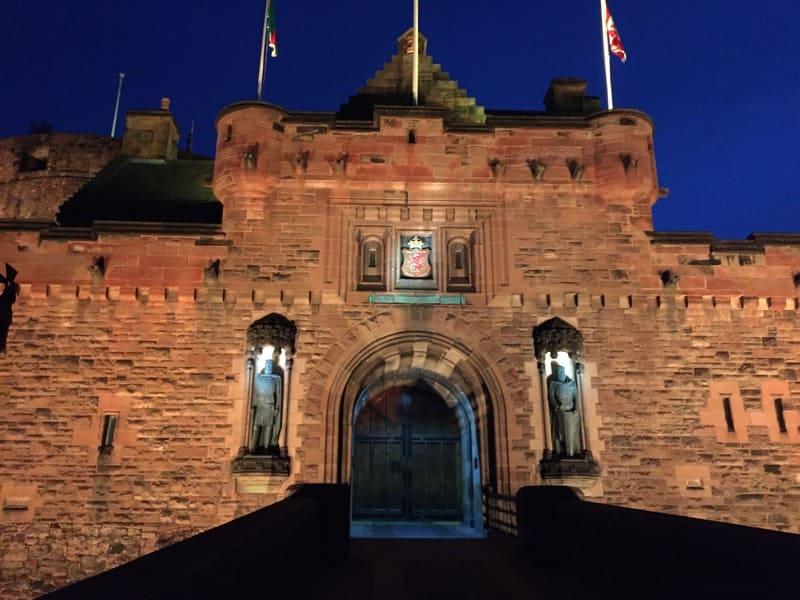 Roteiro de 3 dias em Edimburgo - Castelo à noite.