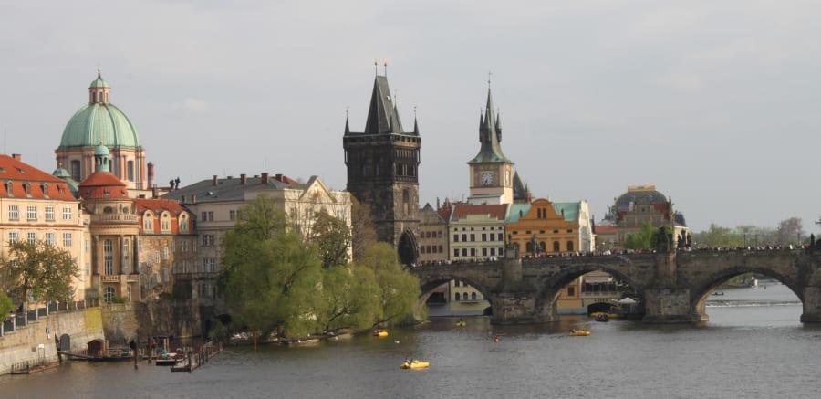 Vista do Rio Moldava e da Ponte Carlos em Praga.