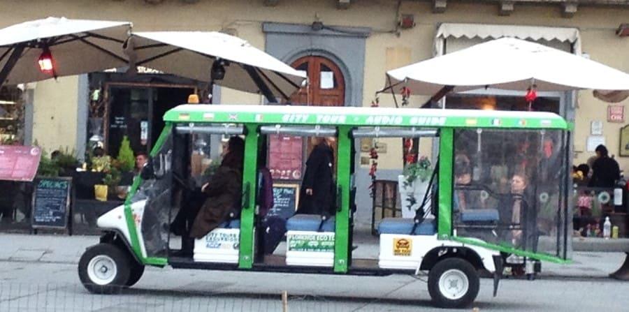 Transporte turístico no centro histórico de Florença.