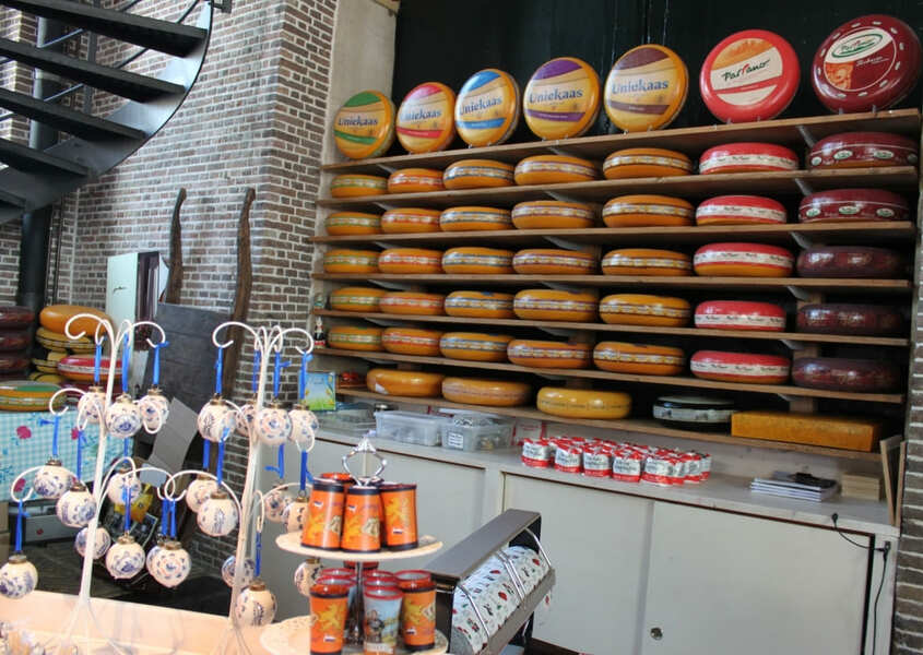 Loja de varejo dos produtos do mercado de queijo em Gouda.