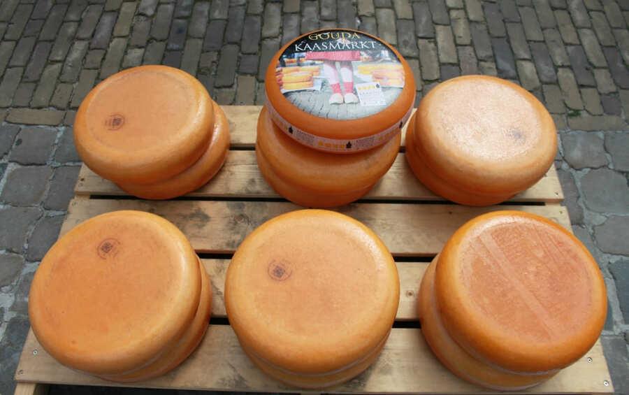 Queijos à venda no mercado de queijo em Gouda.