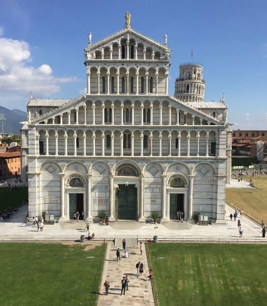 Pisa em bate e volta de Florença: catedral vista do Batistério.