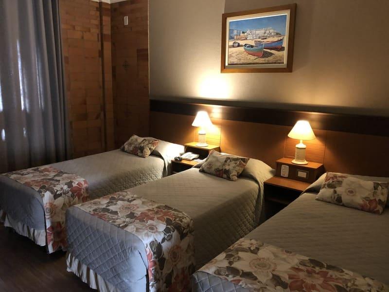 Acomodação tripla do Hotel Serra Nevada em Canela.