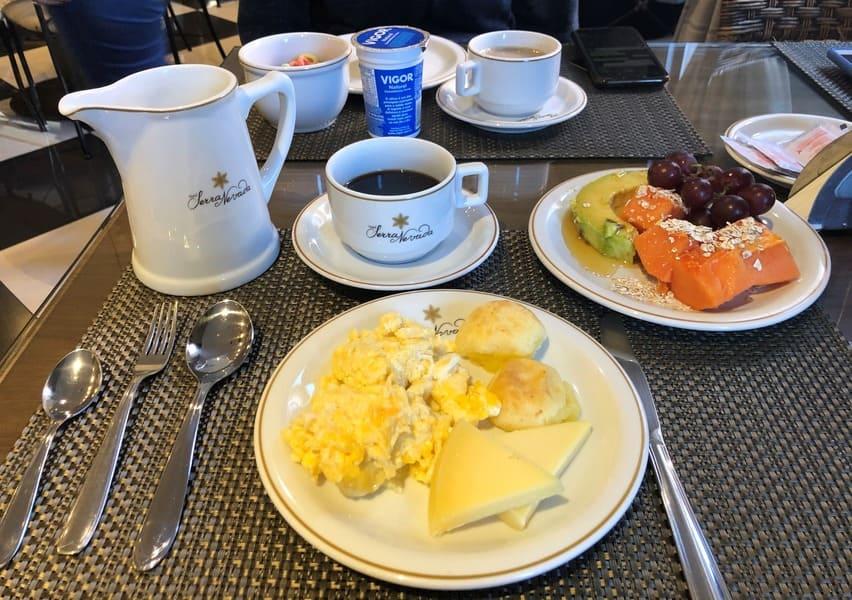 Farto café da manhã do Hotel Serra Nevada em Canela.