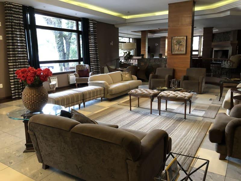 Recepção e sala de convivência do Hotel Serra Nevada