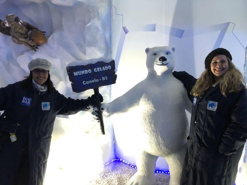 O Ice Bar Mundo Gelado do Capitão Jack possui diversas esculturas de gelo. Entre elas, um urso polar.
