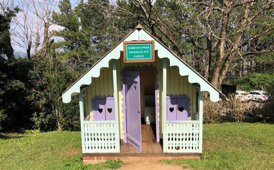 Casinha de boneca nos jardins do Le Jardin Parque de Lavanda em Gramado.