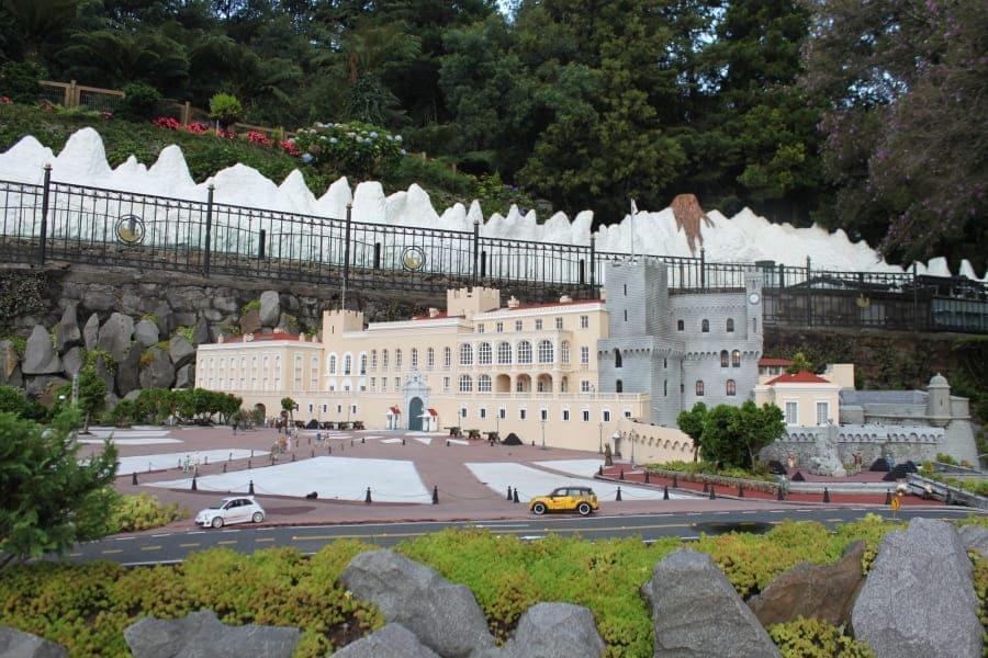 Miniatura do Palácio do Príncipe de Mônaco no Mini Mundo em Gramado.