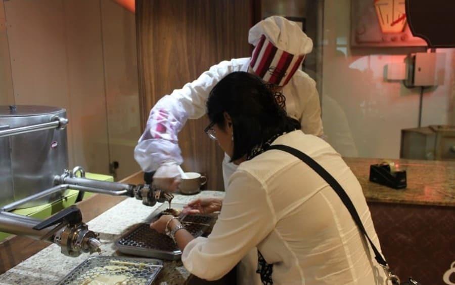 É possível elaborar sua própria barra de chocolate no Reino do Chocolate em Gramado.