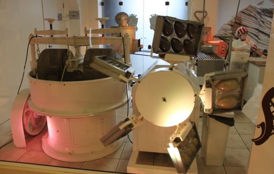 Há uma mini-fábrica de chocolates no Reino do Chocolate em Gramado para que os turistas acompanhem a fabricação de chocolates.