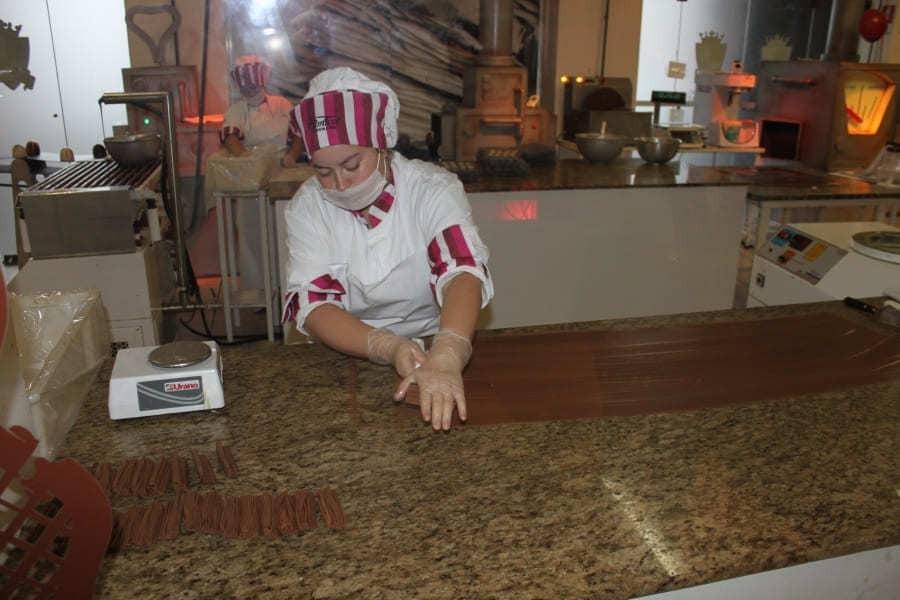 Durante a visita ao Reino do Chocolate em Gramado é possível acompanhar a preparação manual de barras de chocolate