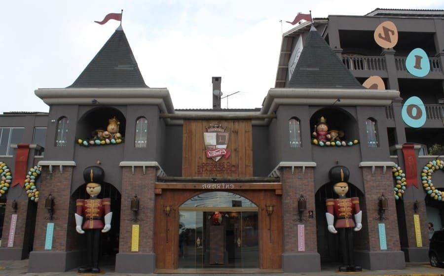 A fachada do Reino do Chocolate em Gramado é decorada por lindos soldados de chumbo gigantes.