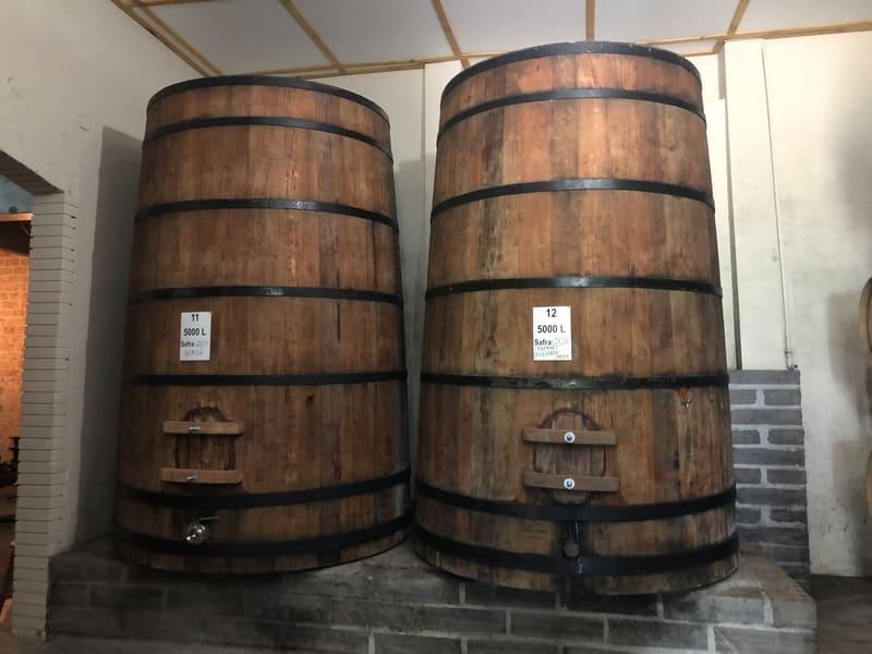 Antigas barricas para armazenamento dos vinhos da Vitivinícola Jolimont.