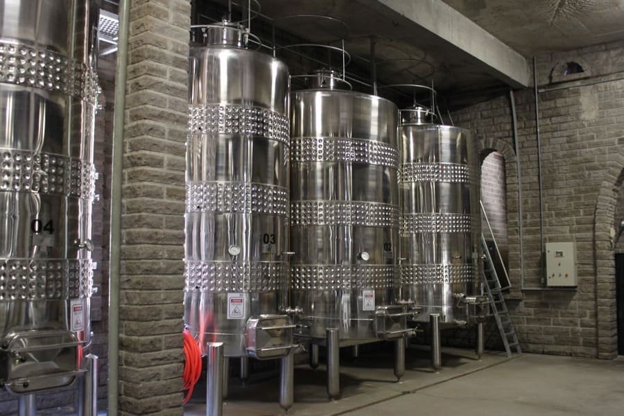 Armazenamento do vinho em tanques de inox na vinícola Cave de Pedra em Bento Gonçalves.