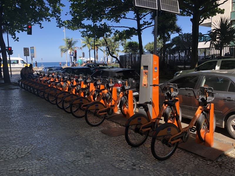 Estação de bikes de aluguel na rua Farme de Amoedo em Ipanema.