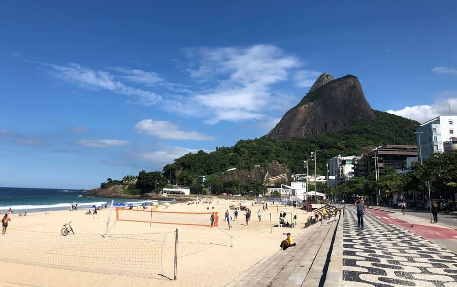Calçadão da Praia de Ipanema com destaque para o Morro Dois irmãos.