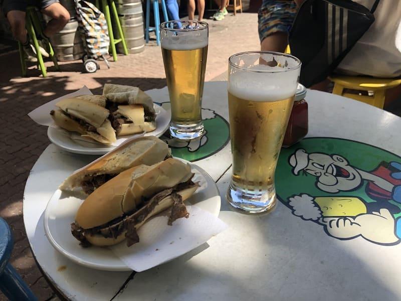 Tradicional sanduíche de carne assada do Bar Popeye no bairro de Ipanema.