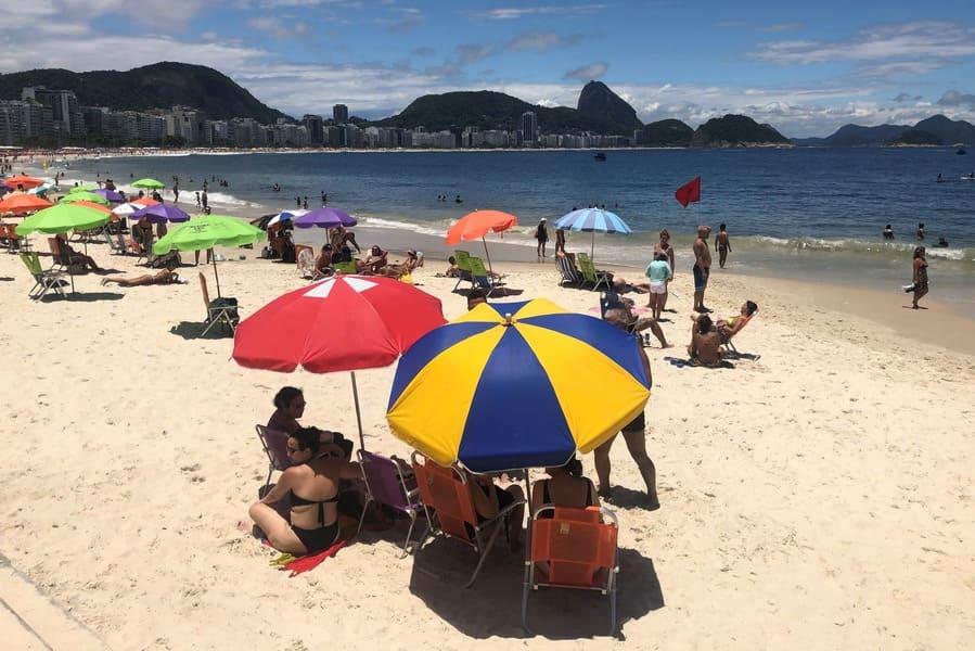 Praia de Copacabana em um domingo de sol.
