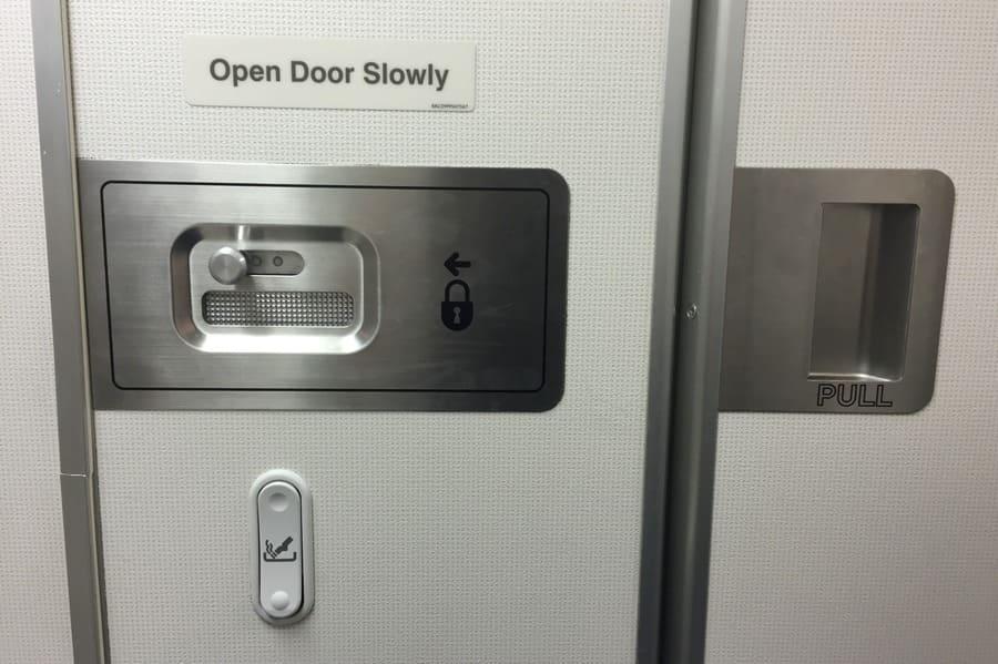 Uso do toalete em uma viagem de avião