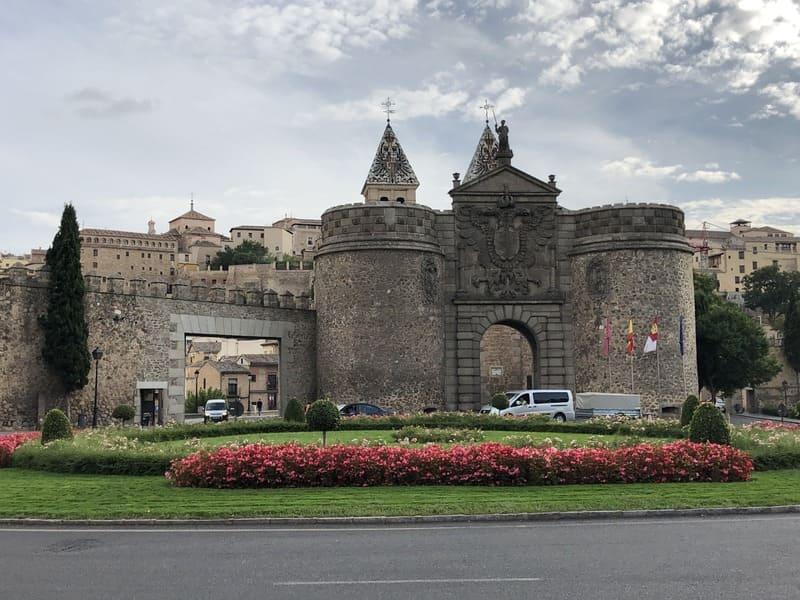 Puerta de Bisagra em Toledo, com parte da muralha muito bem preservada.