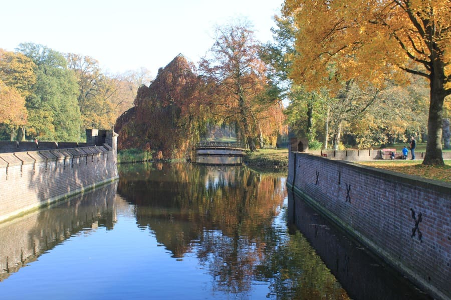 Canal em Haia durante o Outono na Europa